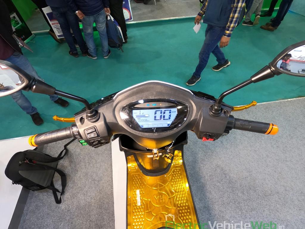 DAO EVTech GT electric scooter handlebar