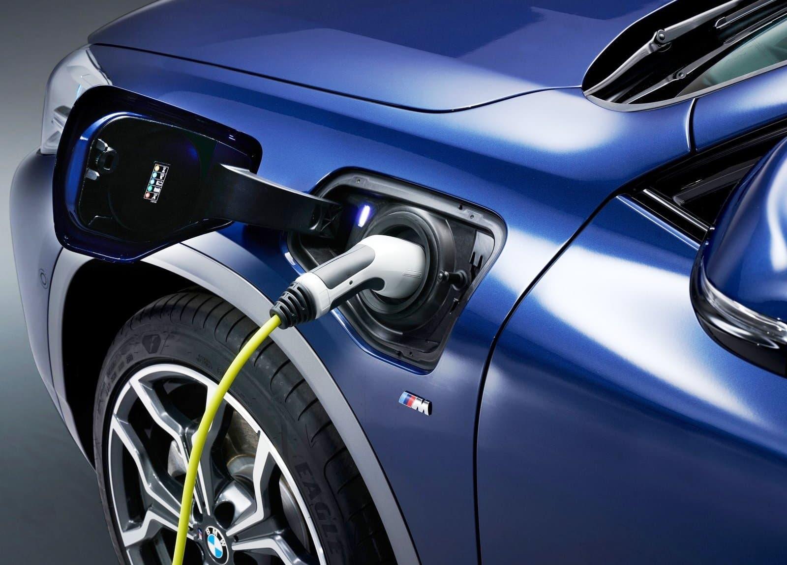 BMW X2 xDrive25e charging port (1)