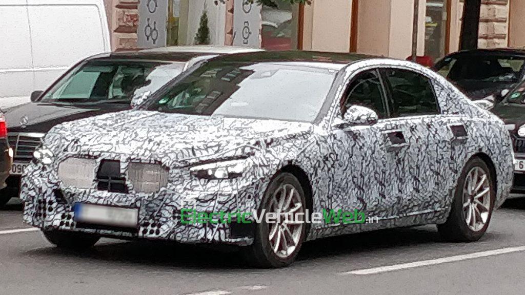 New-gen Mercedes-Benz S-Class spied in Prague front three quarter view 01
