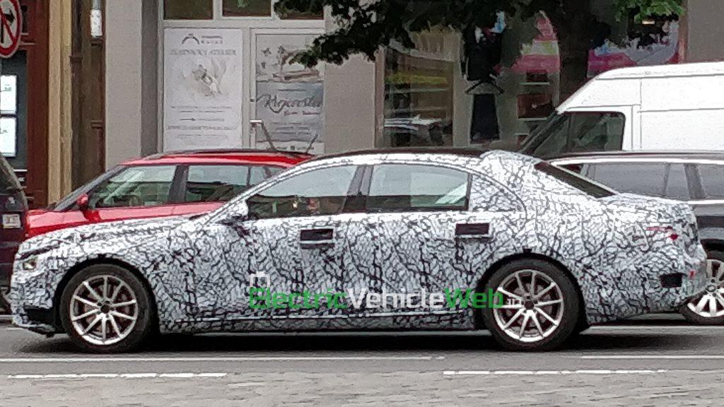 New-gen Mercedes-Benz S-Class spied in Prague side view 03