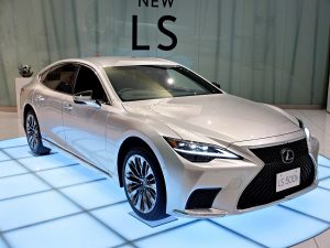 2021 Lexus LS 500h hybrid facelift front quarters right side hybrid