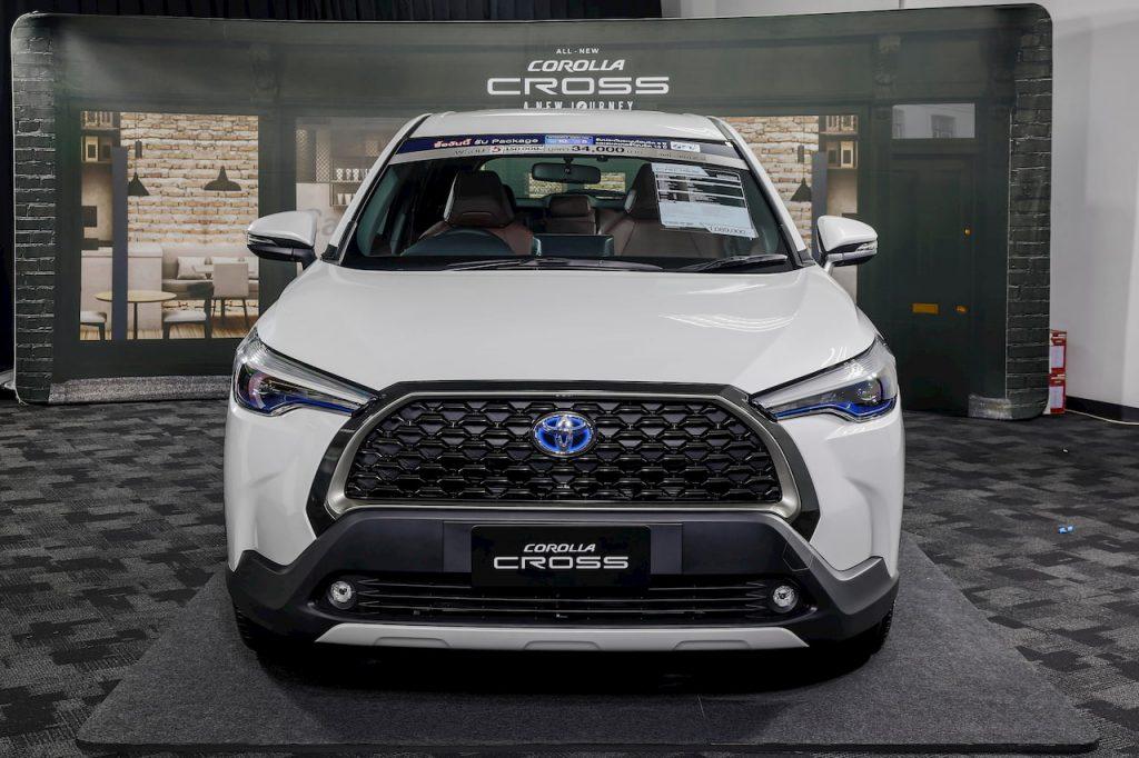 Toyota Corolla Cross Hybrid White front photo