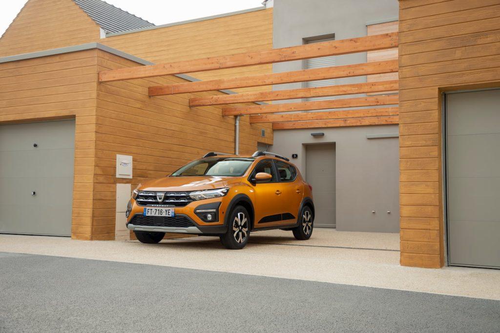 2021 Dacia Sandero Stepway front quarters
