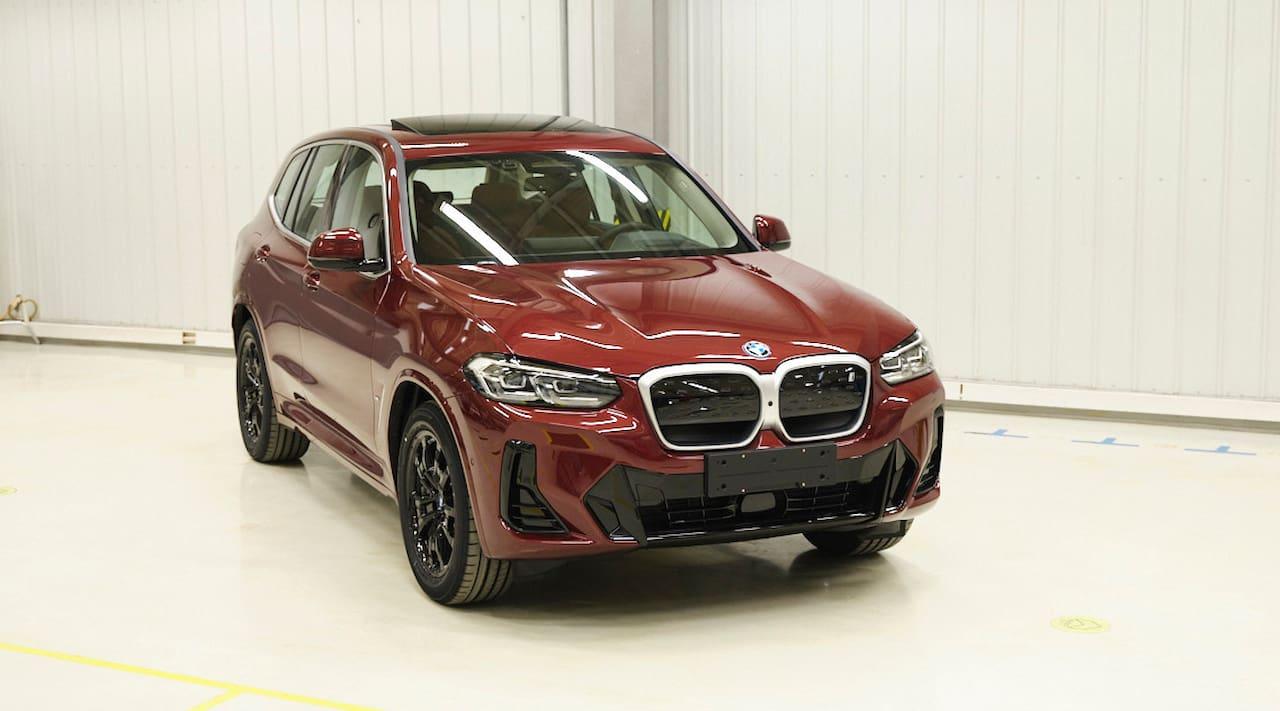 2022 BMW iX3 (facelift) front three quarters